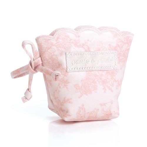 FUNDA CHUPETE TOILE ROSA. Funda Chupete plastificada en toile de jouy rosa. Funda chupete para que guardar el chupete de tu bebé. Gracias a su asa podrás llevarla colgada de la bolsa de maternidad, del cochecito o la sillita. Lavable a máquina. Los materiales utilizados están libres de colorantes azoicos, ftalatos y sustancias nocivas para la salud. Medidas: 12x5x11 cm.