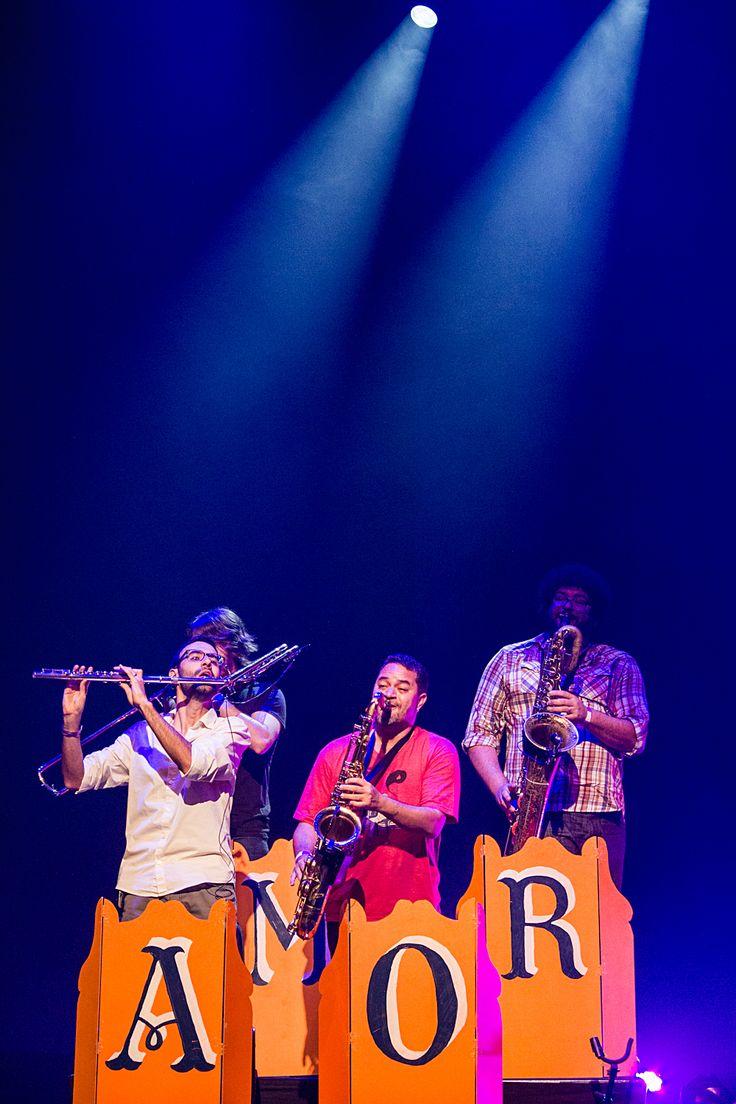 Set Design by Barbara Miranda for the De Lá Até Aqui Tour from the brazilian band Móveis Coloniais de Acaju. 2013. Photo credit: Leonardo Mascaro