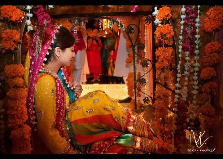 Bridal Mehndi Entrance : Pakistani bride on her mehndi doli entrance colorful