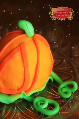 la zucca mentre si trasforma in carrozza: la zuccarrozza #fiabe #fairytales #Cinderella #Cenerentola #cakedesign #cake #pumpkin #orange #green #magic #fantasy