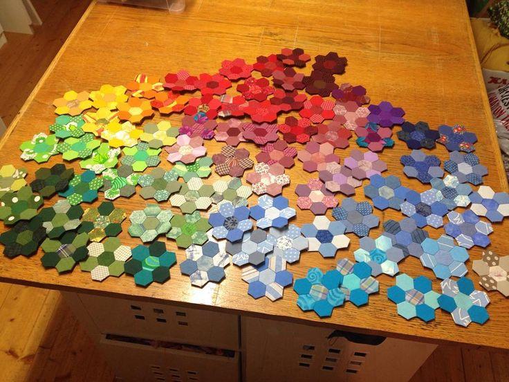 Inventerar lite... Dessa väntar på att bli ännu fler sen ska jag sy ihop dem till ett fantastiskt lapptäcke 😄 Checking out my stash of patchwork flowers, they are going to be a lot more, then I will sew them together. It will be a fantastic patchwork! #lapptäcke #patchwork #patchworkflowers #lappteknik #handsytt #101nyaideer