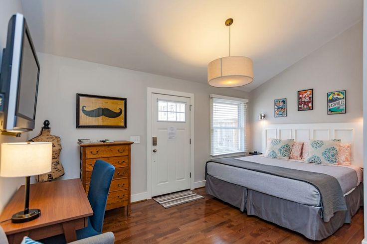 Entire home/apt in Nashville, US. Completely renovated and reinvented condominium on a quiet tree-lined street in the historic neighborhood of Edgefield. WALKING distance to downtown, Nissan Stadium, and 5 Points. Cozy and clean 1 bedroom and 1 bathroom with separate private entra...
