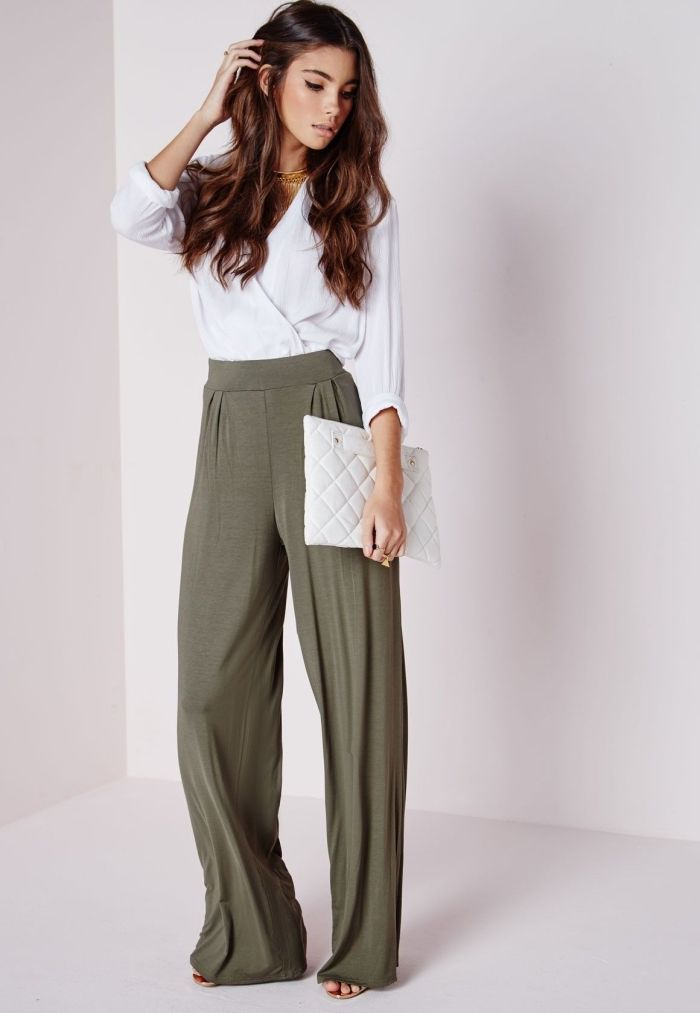 68af6d469da5 pantalon fluide femme habillé de couleur kaki à porter avec chemise blanche  à décolleté en V et chaussures plates