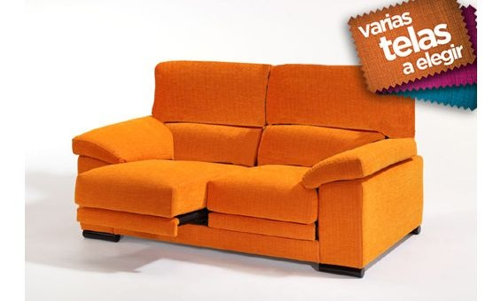 Este sofá destaca por la sencillez de sus líneas. Incorpora asientos deslizantes para ofrecerle una mayor comodidad en sus momentos de descanso y relax. Puede elegir entre seis colores diferentes, según mejor se adapte a su hogar.