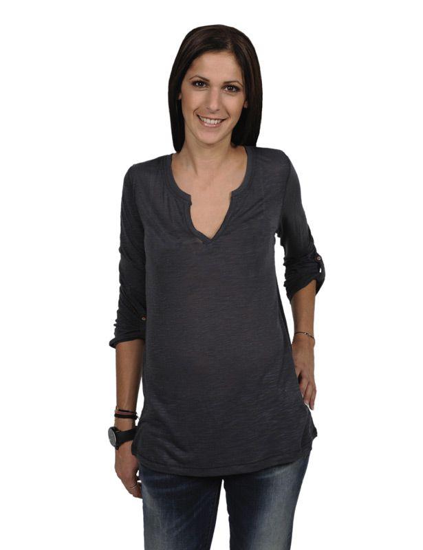 "FOX Μπλούζα Μακρυμάνικη  Γυναικεία μακρυμάνικη μπλούζα Fox regular fit για καλύτερη και πιο άνετη εφαρμογή. Η Fox  χρησιμοποίησε διαφορετικά υλικά στα υφάσματά της για να πετύχει μέγιστη ποιότητα, ανθεκτικότητα και πιο απαλή υφή. Η μπλούζα έχει το κόψιμο μιας κλασικής μπλούζας με φαρδιά λαιμόκοψη και ""V"" κόψιμο. Φόρεσέ τη κάθε μέρα! Οι μπλούζες της Fox είναι super άνετες και ταιριάζουν με τα πάντα!\nΣύνθεση:65% Βαμβάκι35% Πολυεστέρας  27.00 €"