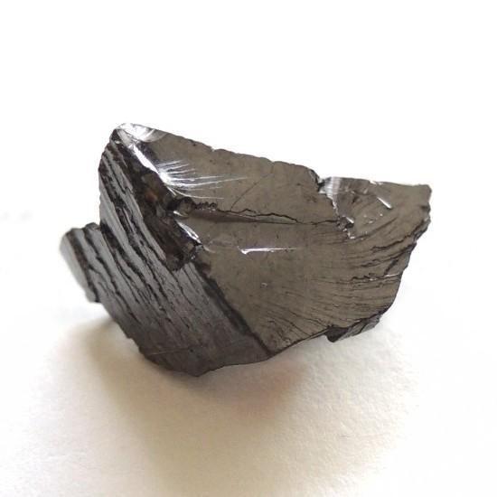 鏡面光沢を持つ、シュンガイト(シュンガ石)の標本。見た目に反してとても軽く、きらきらした夜の空気のような鉱物です。