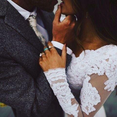 Love �� #lesfleursbyweddifique #wedding #mrandmrs #bride #love #weddingreception #weddingrings #glamour #blackandwhite #weddingdress #weddinggown #instalove #kiss http://gelinshop.com/ipost/1522689957763641598/?code=BUhrnLzjnD-