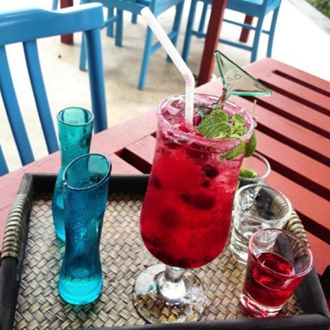 ผ่อนคลายสไตล์วินเทจ #cocktail #thaicuisine @bandaraonsearayong #rayong #vintage #sea #pool #beach #jacuzzi #summer #sky #trees #bed #relax #thailand http://w3food.com/ipost/1506471854809799279/?code=BToECuaD9pv