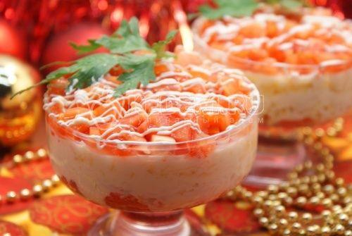 Салат с красной рыбой: Ингредиенты: Форель слабосолёная — 200 г Сыр — 50 г Яйца — 2 шт Помидоры — 2 шт Майонез — 2-3 ст. л. Петрушка (зелень) (для украшения)