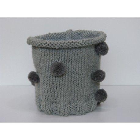 Taille unique pour fille à partir de 3ans jusqu'à 10 ans - 12 ans. Très jolie tour de cou entièrement tricoté main en laine de couleur gris clair avec des petits pompons répartis ici et là de manière irrégulière. Le tour de cou est tricoté en bordure en maille cote puis en jersey pour lui donner son joli aspect col roulé. Le tour de cou mesure 26 cm de hauteur, il est tricoté en laine PLASSARD CLOWN, très douce et très chaude. Composition 100 % acrylique, lavage 30°.