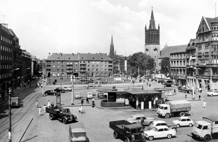 z kalendarza na 2015 rok   Rynek w latach 50. XX w. Na pierwszym planie stacja benzynowa z 1932 r.