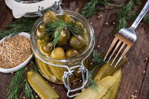 Соленые огурцы с аппетитным хрустом можно приготовить, если знать несколько секретов. Как выбрать и подготовить огурчики к засолке - ингредиенты и рецепт.