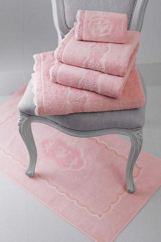 Papučky, kúpeľňova predložka a uteráky v rovnakom dizajne zo série BUKET.