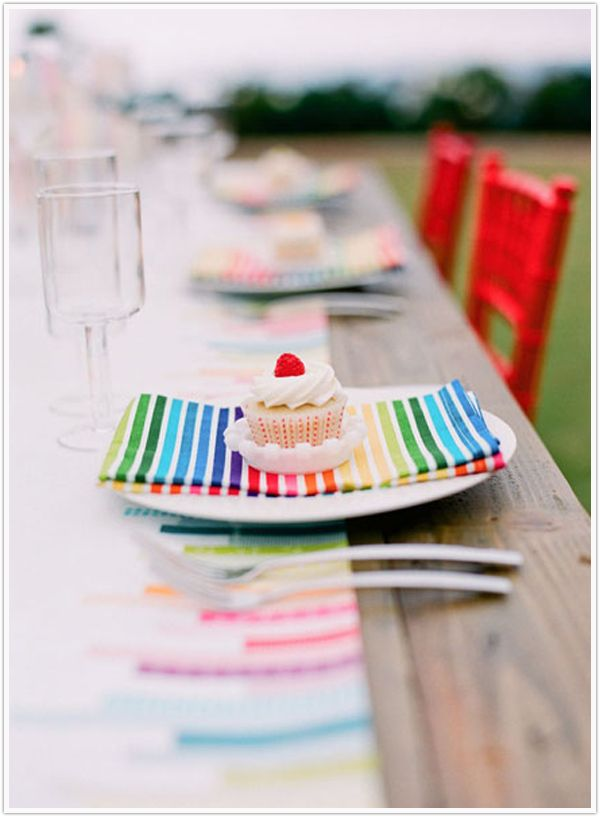 Loving the napkins.  How perfect are they for a cheery fête?