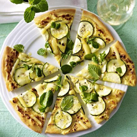 Pizza mit Zucchini, Kresse und Emmentaler Rezept | LECKER