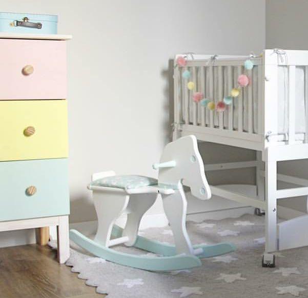 ¡Regresa a la infancia con este fabuloso caballito de madera! #Decoración #vintage #artesanal #mimitoshome #love #baby #bebé