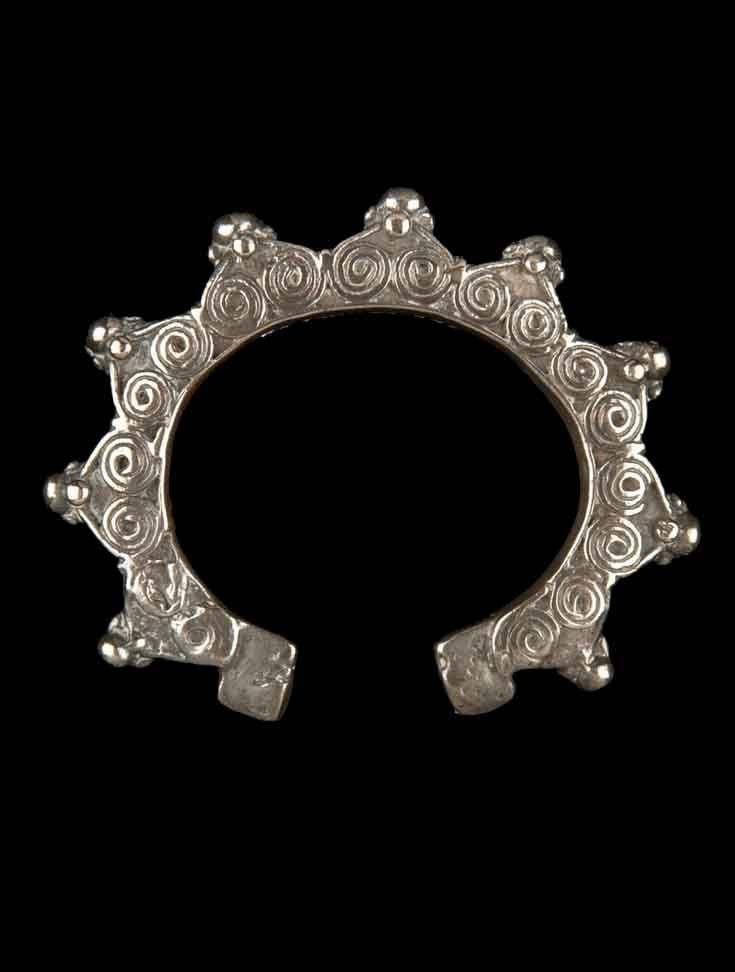 Indonesia - Lesser Sunda Islands, West Timor | bracelet ~ Niti maskuna ~ from the Atoni people; silver. c. 20th century // ©Quai Branly Museum.  70.2001.27.782