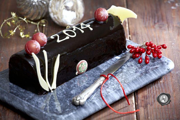 Ο αγαπημένος μας γλυκός κορμός λέγεται πως είναι παλιό γαλλικό έθιμο.   Σύμφωνα με την παράδοση επρόκειτο για ένα πραγματικό κούτσουρο δέντρου που καιγόταν ανήμερα των Χριστουγέννων, αφού είχαν προηγηθεί κεράσματα, προσευχές και ράντισμα του κορμού με λάδι, αλάτι και κρασί.   Πίστευαν μάλιστα, πως οι στάχτες του προστάτευαν το σπίτι από κακά πνεύματα και κεραυνούς. #christmas #christmassweets #christmasspirit