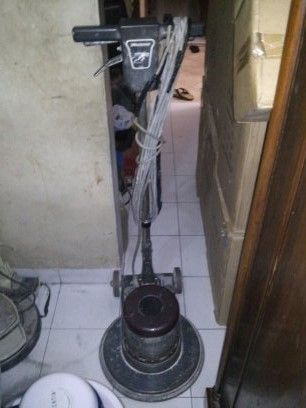 jual mesin poles lantai/floor polisher Minutemant  Power : 1100 W  Diameter : 17″  Speed : 154 Rpm  Weight : 50 Kg  Cable : 12 M  Including : hard brush,soft brush,pad holder,water tank   BARU / second  Garansi 1 tahun