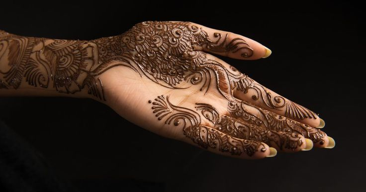 Você usaria henna como delineador de olho?. A tintura de henna deriva de moléculas vegetais e naturalmente se mistura com proteínas encontradas na pele e no cabelo. A tintura é caracterizada por uma coloração vermelha e dura de 3 a 7 dias. A henna, em suas variações, é usada nos braços, mãos, pernas, pés e cabelo.