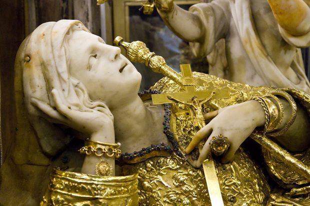 Il festino di Santa Rosalia a Palermo è ricco di tradizione. Il culto iniziò negli anni del 1.600. Da quel tempo si cominciò a realizzare il carro trionfale.
