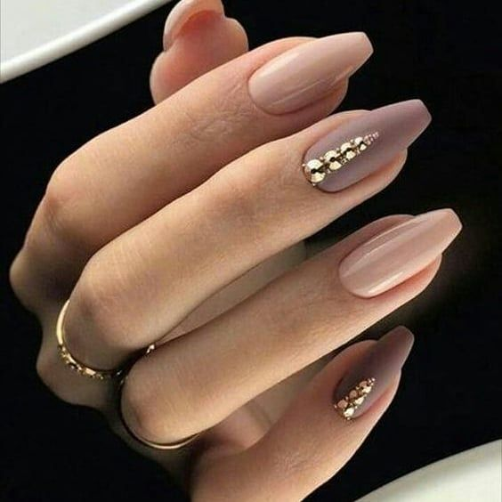 Manucure tendance automne hiver 2018 2019. Vernis à ongle nude rose et taupe. N…