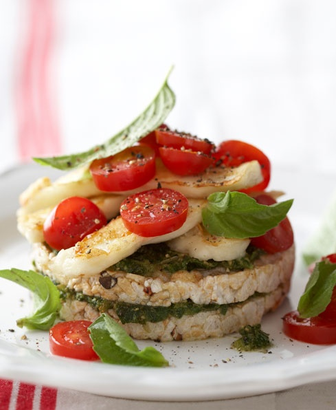 Jazz Up Your Snacks! 2 Multigrain Cakes with basil pesto and halloumi cheese (Total: 1 715kJ) What you need: 2 tbsp basil pesto, 4 thin slices of halloumi cheese, 3 bella tomatoes, seasoning and 6 basil leaves.