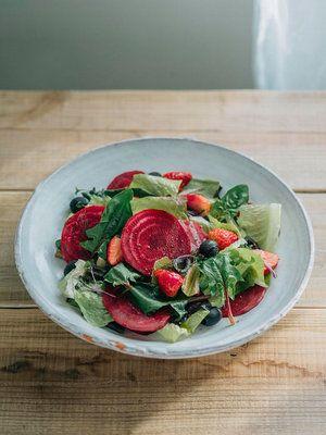 【ELLE a table】ビーツといちごのサラダレシピ|エル・オンライン葉野菜(ロメインレタスやサラダほうれんそうなど。食べやすい大きさに切る)1/2個 ビーツ(皮をむいて食べやすい大きさの薄切り)適量 いちご適量 黒オリーブ適量 A アンチョビ(みじん切り)2切れ 白ワインビネガー大さじ2.5 オリーブオイル大さじ2.5 にんにく(すりおろす)少々 塩少々 黒こしょう少々