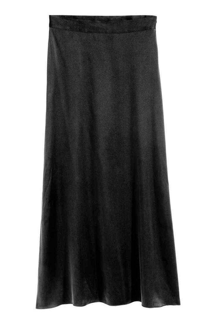 Zijden rok: PREMIUM QUALITY. Een midirok van moerbeizijde met een blinde rits opzij. De rok loopt lichtjes uit naar onderen toe.…