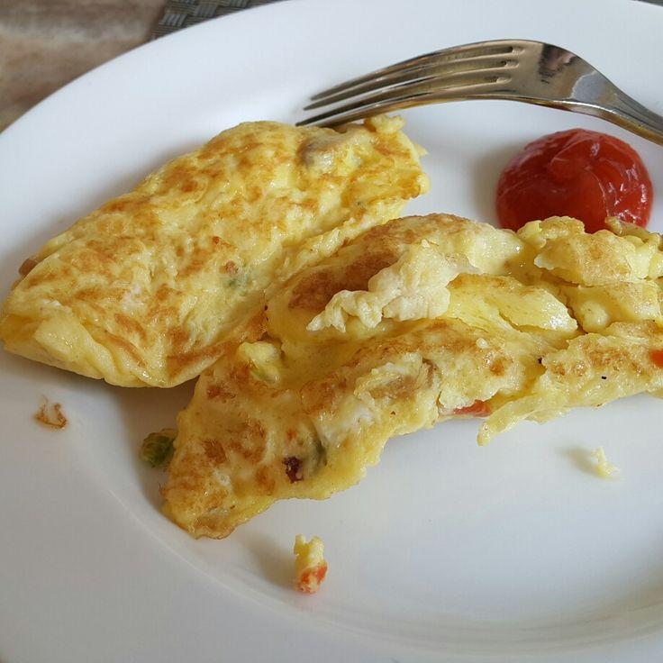 """Omlette, telur dadar; ini makanan sederhana tapi benar"""" fenomenal. Rasanya tdk ada yg menandinginya. Sdh sejak dulu kala ada dan tak terhitung berapa kali sy sdh menyantapnya. Mungkin sdh belasan-puluhan ribu kali & butir. Heran ngga pernah bisa bosan. Benar"""" punya kekuatan magis. Setidak nafsunya pun makan, tapi kalau ketemu ini yg panas & kombinasi rawit, tak kuasa menolak & pasti gejolak ingin menyantapnya menggelegak ;) - www.novry.com"""