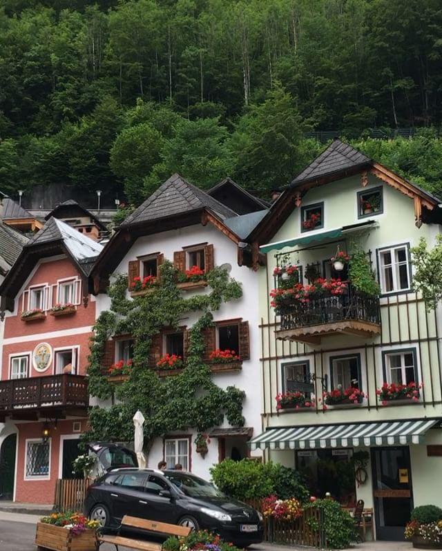BURASI HALLSTATT...  Avusturya'da en çok ziyaret edilen yerlerden biri. UNESCO Dünya Kültür Mirası Listesi'nde yer alıyor... Çok turistik ve kalabalık. Etraf Uzakdoğulu dolu. Seyahatimin detaylarını snapchat  : saffetemre34  hesabımda bulabilirsiniz.  Sizin bayram için seçiminiz neresi? Nerede okuyorsunuz bu satırları? Harika bir bayram olsun...