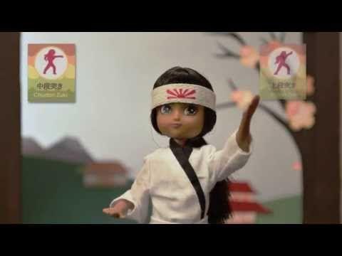 Lottie Karatéka - SuperHero-Girls   Vidéo : découvrez la poupée Lottie Karatéka en action.  Lottie originale qui respecte le développement des enfants en leur ressemblant. Elle tient debout, est articulée et facilement habillable.