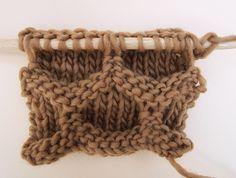 Hallo Knitters!!In diesem Post werden wir lernen, ein Wabenmuster zu stricken.Wie der Name dieser Stricktechnik schon vermuten lässt, ähnelt dieser Stich einer Bienenwabe. Das Ergebnis ist spektakulär! Wenn man eine groβe Fläche mit dieser Technik strickt, kommt ein Stück ganz im WAK-Stil raus: voluminös und mit wunderbaren Formen. Deshalb wollen wir dir Mut machen, beispielsweise einen ganzen Sweater in der Technik zu stricken oder die Technik bei einem unserer Stricksets anzuwenden.Das…