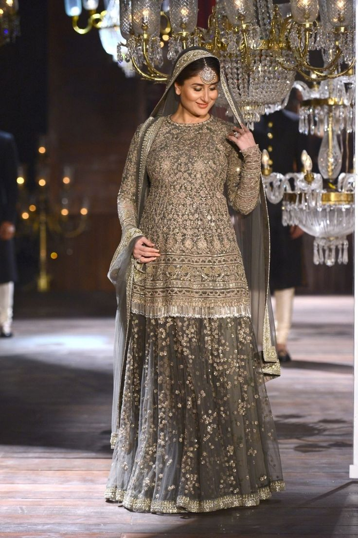 Here Are 10 Photos Of Kareena Kapoor Khan Walking The Ramp At LFW In All Her Pregnant Glory