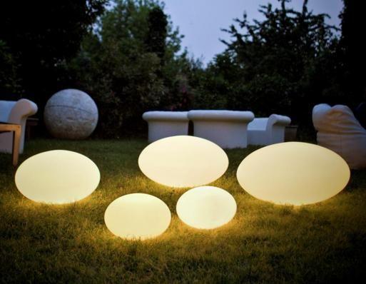 Eggy-pop Pop Up kommer i tre forskellige størrelser, som kan bruges udenfor i haven eller på terassen. Inspireret af en verden af insekter, og designerens humoristiske tilgang til designprocessen, har den berømte italienske arkitekt Guglielmo Berchicci designet en original og smuk samling af belysning baseret på en simpel form - ægget. Eggy Pop lamper udsender et blødt og behageligt blændfrit lys. Diffusorerne er fremstillet af PE (hvidt) - en stærk, UV-bestandigt og ...