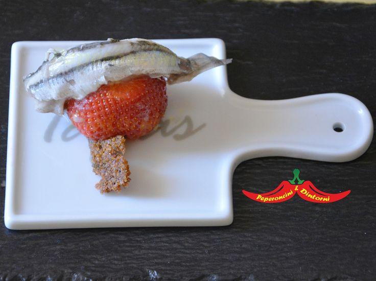 Finger Food acciughe, Fragole e Pane raffermo, due ingredienti molto economici, acciughe e pane raffermo, con l'aggiunta di una frutta di stagione,