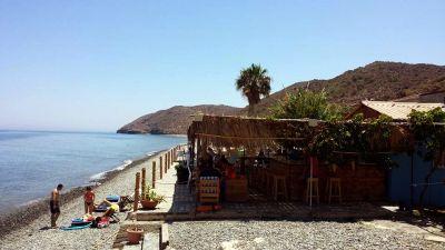 Το καλοκαίρι στην Κύπρο θέλει χαλάρωση, φοίνικες, αιώρες, θάλασσα, κοκτέιλ, δροσερό αε�