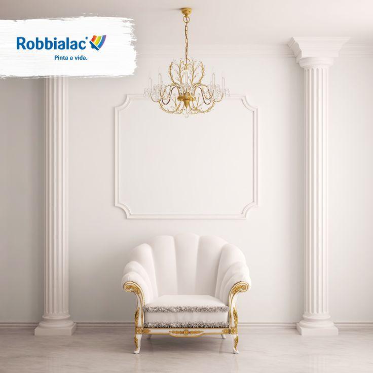 Inspiração de decoração de sala branca com poltrona branca, colunas e candeeiro. #Robbialac #Sala #Branco #decoração #sofá #poltrona #colunas #inspiração #candeeiro #white #decoration #inspiraton