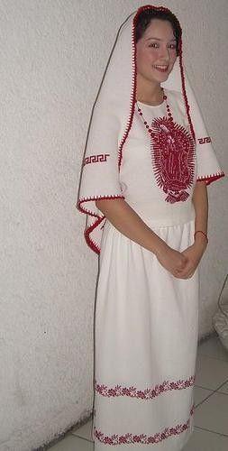 El atuendo colimense está compuesto de una falda y un rebozo bordados en rojo y una tilma bordada con la imagen de la Guadalupana. Se usa generalmente en fiestas religiosas o peregrinaciones. Los componentes de este traje están hechos en manta blanca y bordados en punto de cruz rojo.