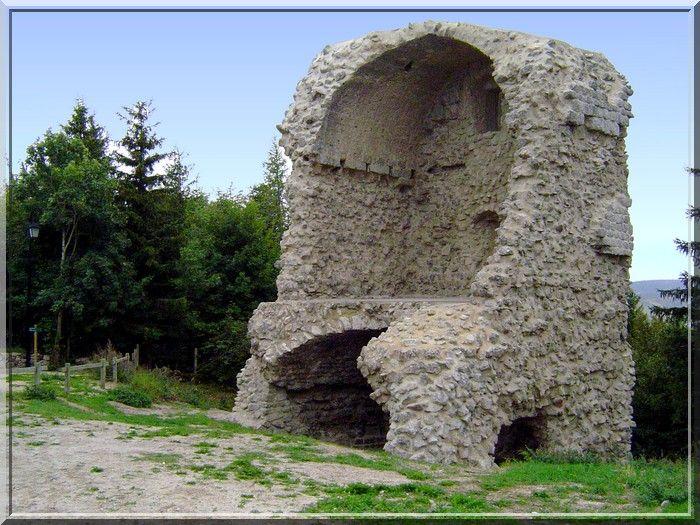 Les vestiges du site castral de Châteauneuf de Randon ne sont peut être pas impressionnants, mais si je vous dis que c'est aux pieds du château fort que décéda Bertrand Du Guesclin.....Je pressens vous allez passer quelques jours en Lozère pour suivre les derniers instants de ce célèbre connétable.