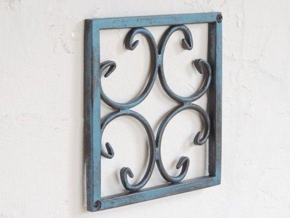 アイアンの壁飾りです。 ブルーとブラックのアイアン塗料で塗装し、アンティークな仕上がりとなっています。 絵やタイルを壁に飾るような感覚でちょっとした所に飾れる...|ハンドメイド、手作り、手仕事品の通販・販売・購入ならCreema。