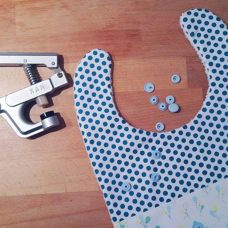 Dernier bavoir pois et ballons en cours de fabrication! ⚬🎈⚬🔵 #faitmain #handmade #bébé #couture #commandes #madeinfrance #lyon #france #grossesse #enceinte #bavoir