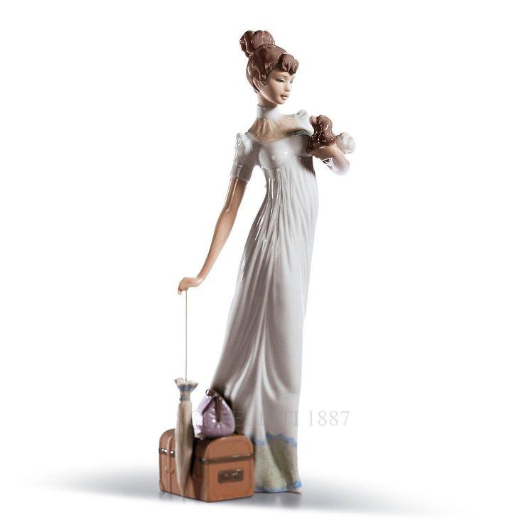 Una donna con sguardo seducente e disinvolto che sembra essere pronta per partire per un lungo viaggio. Essa, teneramente tiene, da un lato, il suo cucciolo e dall'altro un ombrellino poggiato su delle valigie.  Di questa bellissima statuetta, in porcellana smaltata, ci catturano i suoi dettagli raffinatissimi, a cominciare dal motivo decorativo dell'abito, delicatamente accennato, per passare ai fini lineamenti del viso.