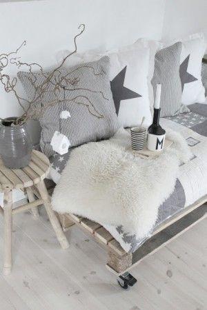 Mooi daybed voor op balkon of terras, gemaakt van pallets