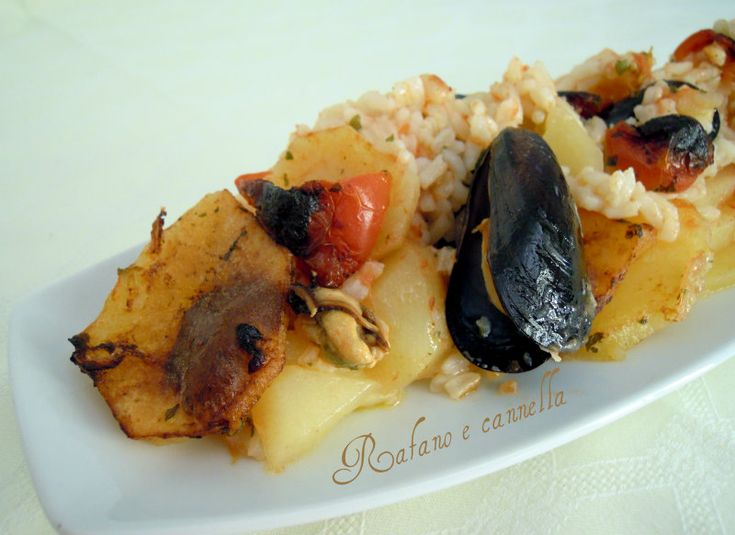 Patate, riso e cozze è un classico della cucina pugliese. E' un piatto che richiede un po' di tempo per la preparazione ma ne vale sicuramente la pena!