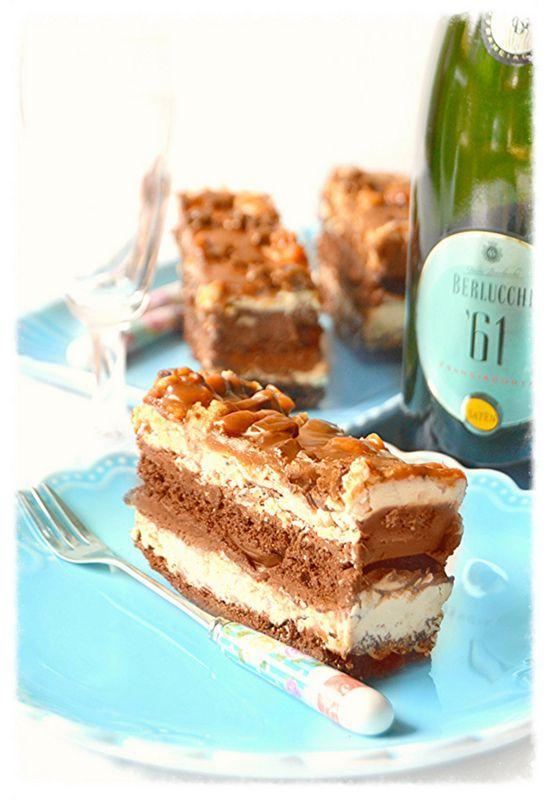 Dolci a go go: Tranci di torta al cioccolato con bavarese alla vaniglia,salsa mou e arachidi dolci