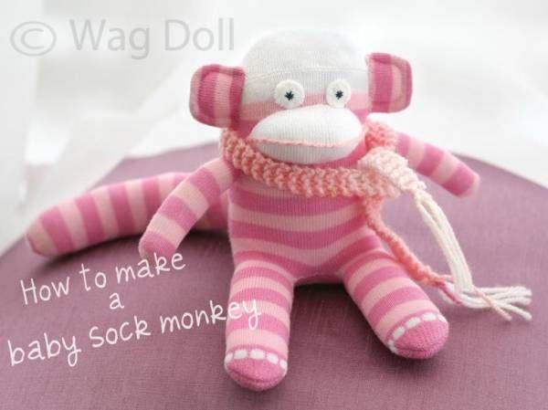 Fabriquez une version miniature du très populaire singe chaussette en suivant le tutoriel de Wag Doll.