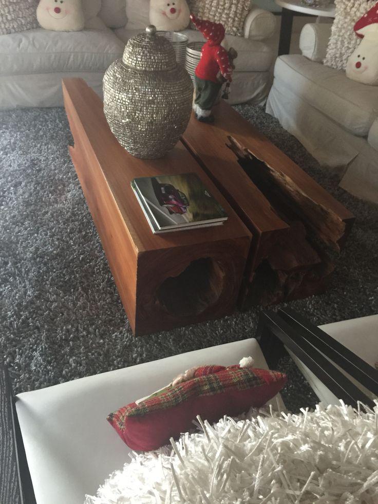 Preciosa mesa baja hecha a partir de dos troncos viejos