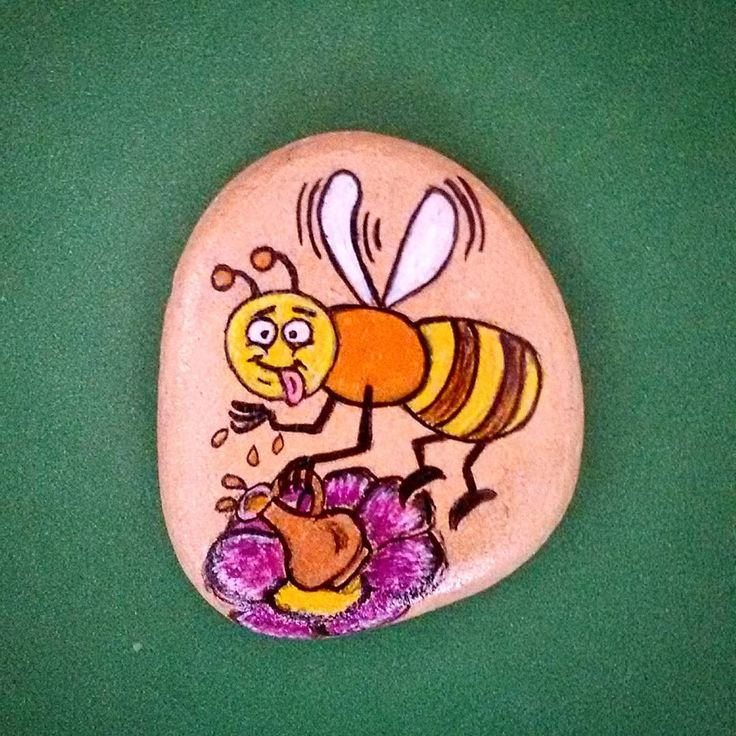 bal böceği... #taşboyama #taşsanat #kişiyeözel #siparişalınır #hediye #antalya #serpilince #magnet #taşmagnet #handmade #elemeği #elyapımı #stone #art #resim #sanat #tasarım #kolye #tablo #taştablo #bebekhediyesi #babyshower #arı #balböceği #artwork🎨