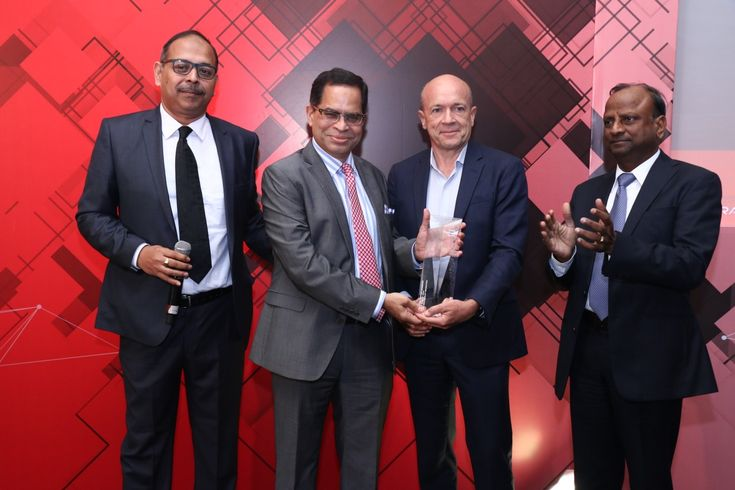 Shri Mrutyunjay Mahapatra, DMD & CIO, State Bank of India receiving the 'Proactive Support Champion – Executive Award' from Francois Lancon, Senior Vice President, Oracle Asia Pacific and Shri Joyjit Chatterji, VP, Customer Support Services, Oracle India in presence of Shri Rajnish Kumar, Chairman, State Bank of India at a ceremony organized on Friday in Mumbai.   #SBIAward #Award #SBI #StateBankofIndia #ProactiveSupport #Champion